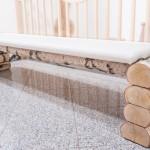 Sitzbank aus weißem Leder und Birkenholz