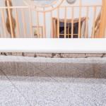 Birkenbank mit weißem Lederüberzug
