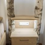 Birkenstamm als Dekoration beim Schlafzimmer Kästchen