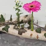 Tischdekoration mit Blumen aus Birke