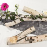 Tischdekoration mit Blumen und Kerze aus Birke