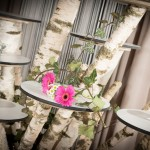Leerer Tortenständer aus Birke mit Dekoration