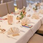 Tischkärtchen aus Birken auf festlich gedecktem Tisch